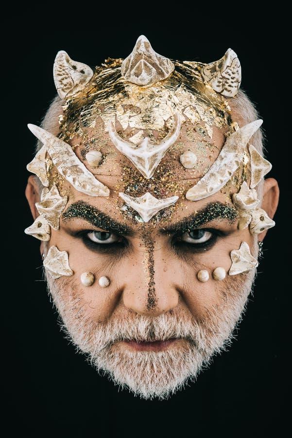 Mens met gouden reptilian huid en witte baard Monster met scherpe doornen en wratten op gezicht, verschrikkings en fantasieconcep royalty-vrije stock foto's