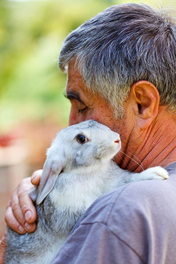 Mens met grijs konijn royalty-vrije stock foto's