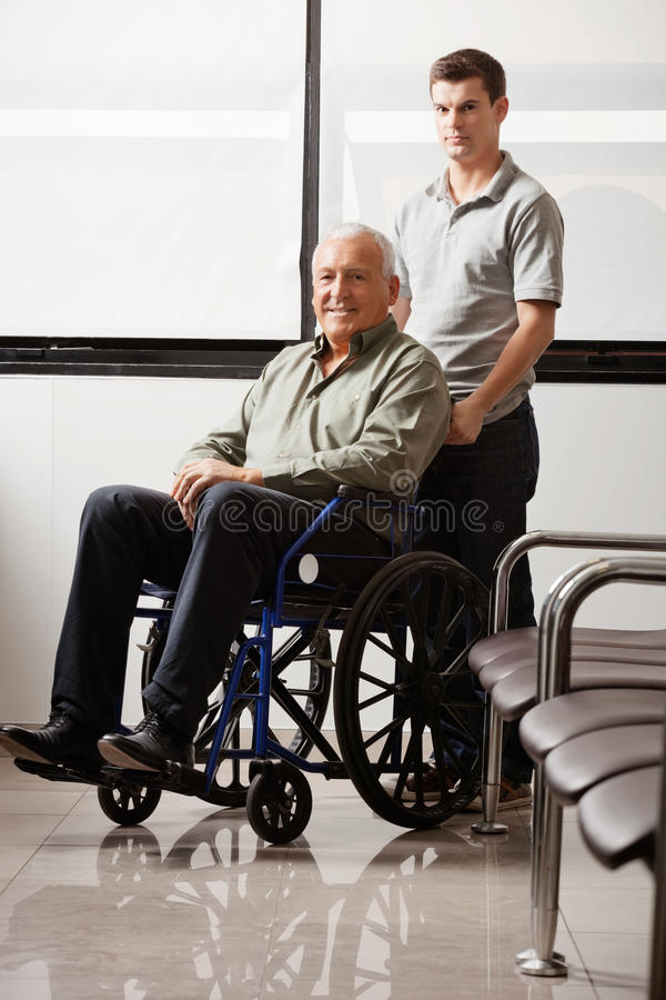 Mens met Grootvaderzitting in Rolstoel royalty-vrije stock afbeelding