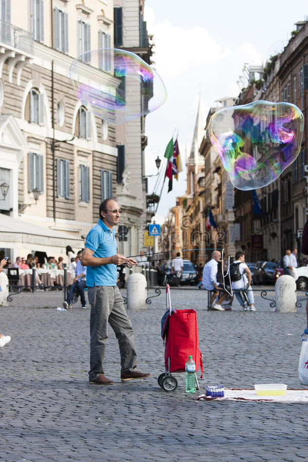 Mens met grote zeepbels royalty-vrije stock afbeelding