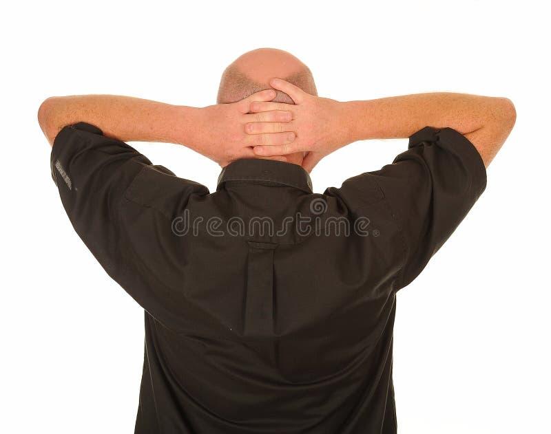 Mens met handen achter hoofd stock afbeelding