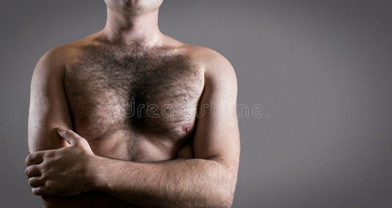 Mens met harige die borst op grijze achtergrond voor tekst wordt geïsoleerd royalty-vrije stock foto's