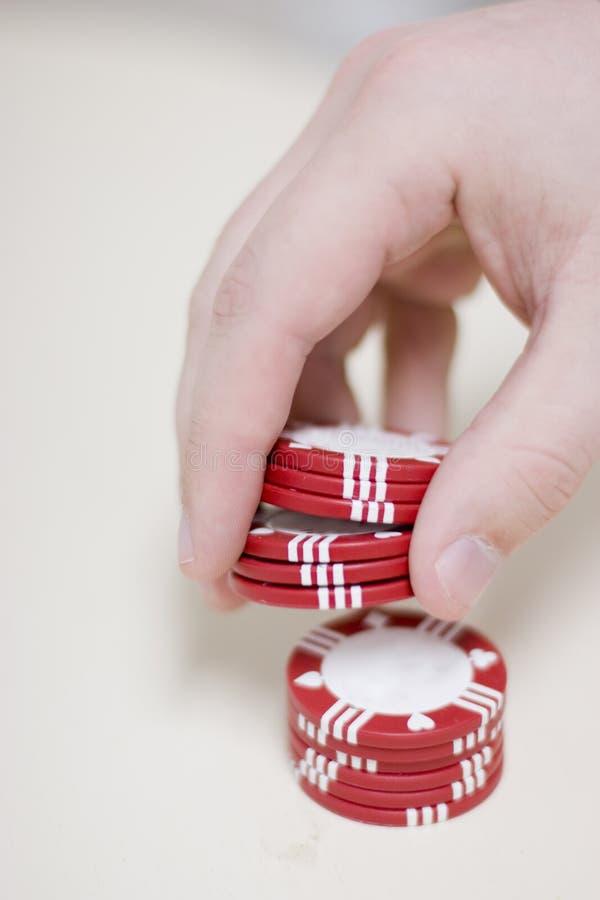 Mens met het gokken van spaanders royalty-vrije stock foto's