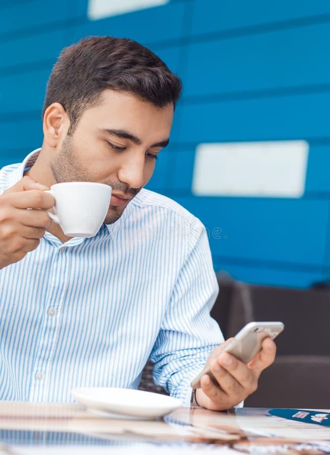 Mens met het mobiele telefoon rusten royalty-vrije stock foto