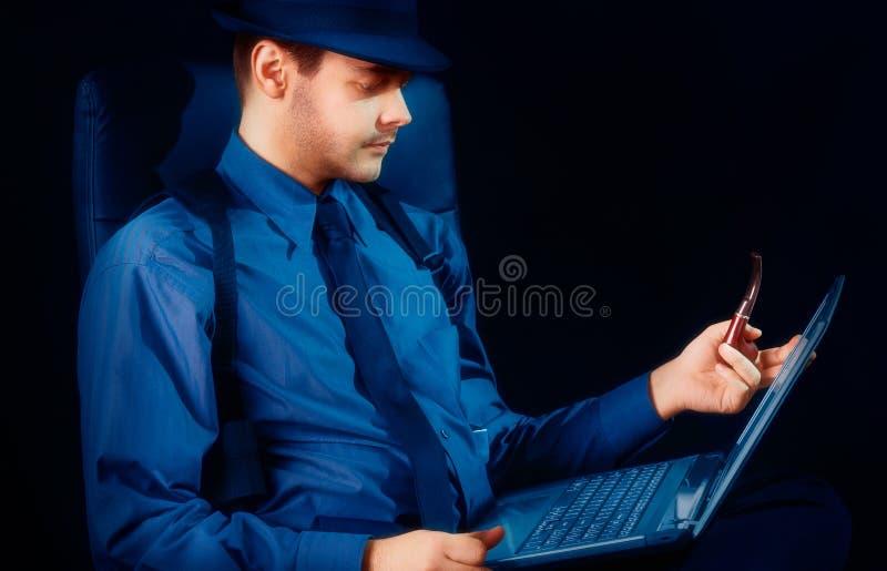 Download Mens Met Hoed En Pijp Die Laptop Bekijken Stock Foto - Afbeelding bestaande uit zaken, detective: 39100740