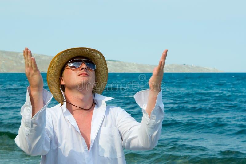 Mens met hoed op het strand royalty-vrije stock afbeeldingen