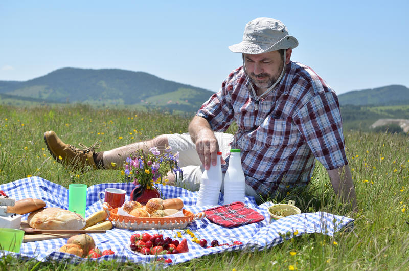 Mens met Hoed op Picknick royalty-vrije stock foto's