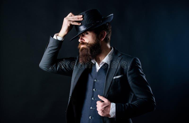 Mens met hoed Uitstekende manier De mens verzorgde goed gebaarde heer op donkere achtergrond Mannelijke manier en menswear retro royalty-vrije stock foto