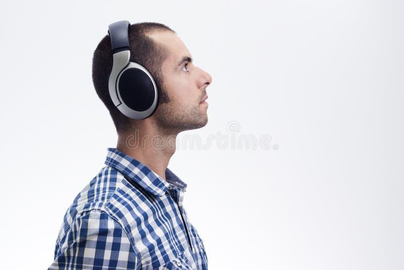 Mens met hoofdtelefoons stock afbeelding