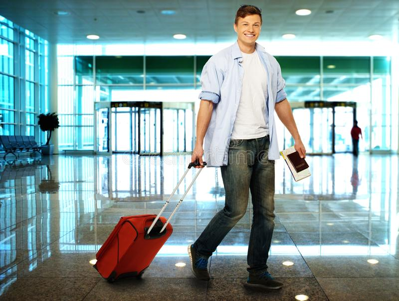 Mens met koffer in luchthaven royalty-vrije stock afbeeldingen