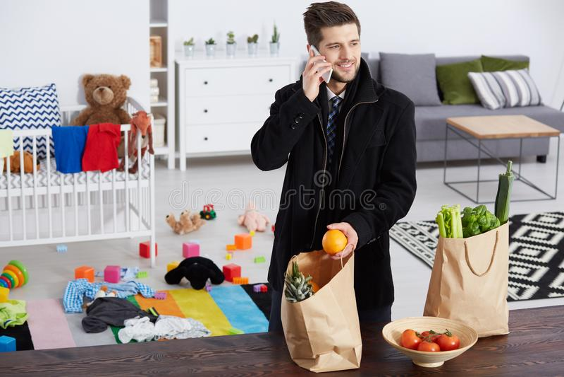 Mens met Kruidenierswinkels stock fotografie