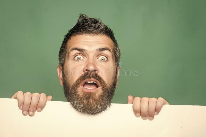 Mens met lange baard op verrast gezicht met document stock foto