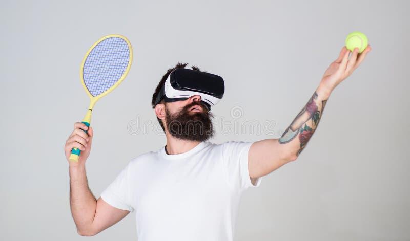 Mens met lange die het tennisbal van de baardholding en knuppel op grijze achtergrond wordt geïsoleerd Gebaarde mens in VR-glazen royalty-vrije stock fotografie