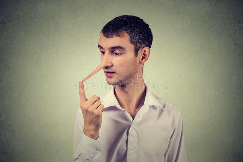 Mens met lange neus Leugenaarconcept Menselijke gezichtsuitdrukkingen, emoties, gevoel royalty-vrije stock afbeelding