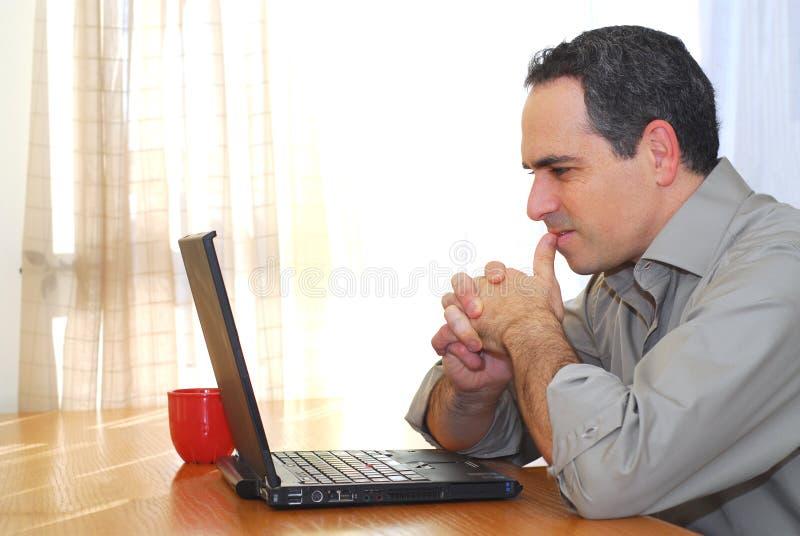 Mens met laptop royalty-vrije stock afbeeldingen