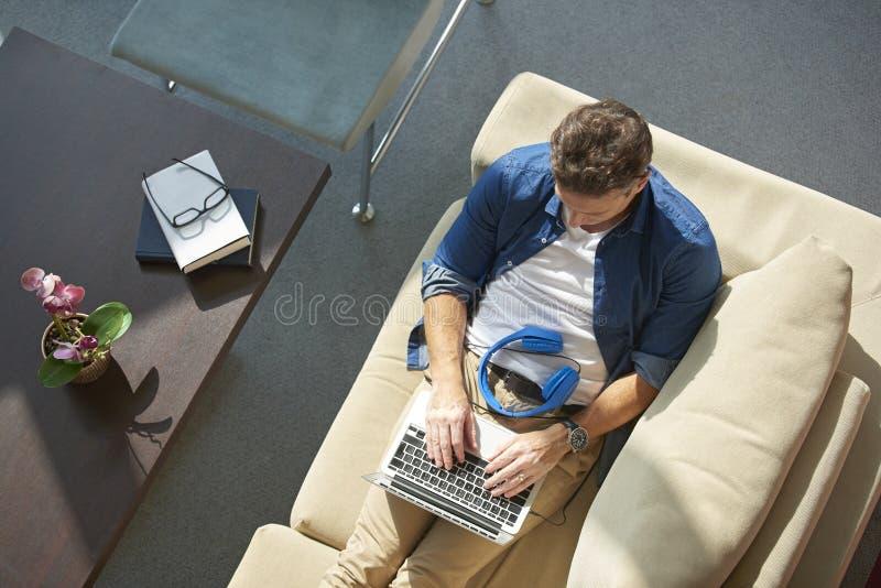 Mens met laptop royalty-vrije stock foto