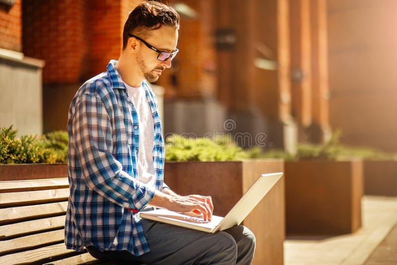 Mens met laptop in de straat stock foto's
