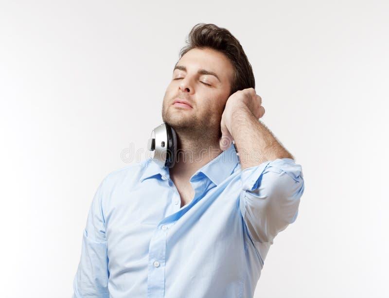 Mens met oortelefoons stock foto