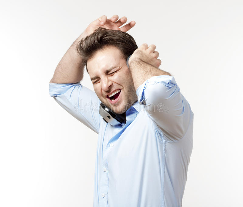 Mens met oortelefoons stock afbeelding