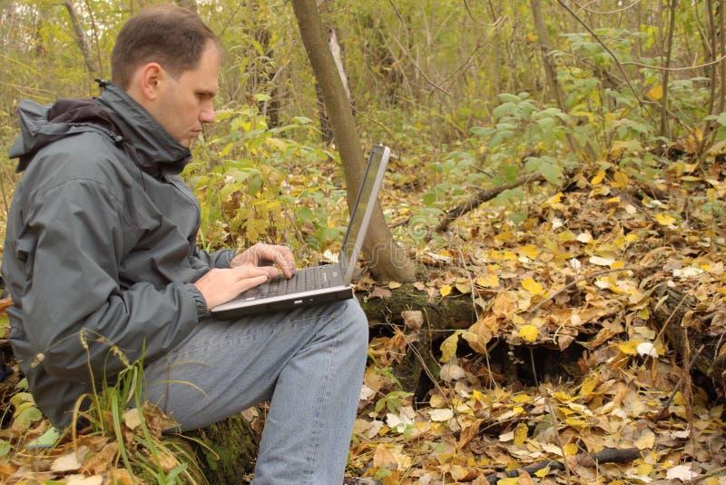 Mens met openlucht laptop stock foto's