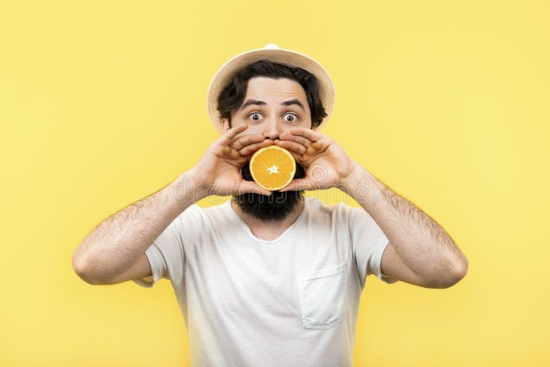 Mens met oranje fruit royalty-vrije stock fotografie
