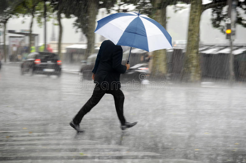 Mens met Paraplu royalty-vrije stock fotografie