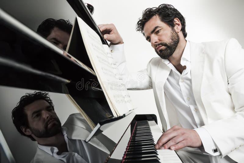 Mens met piano royalty-vrije stock foto's