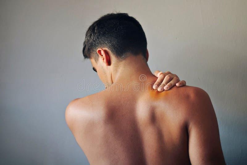 Mens met pijn in zijn rug royalty-vrije stock foto