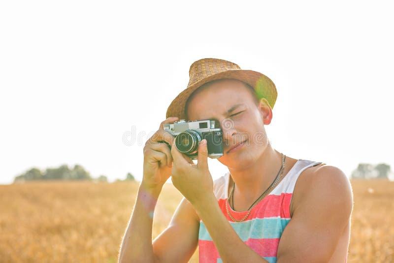 Mens met retro fotocamera De Levensstijl openluchtconcept van de manierreis royalty-vrije stock foto's