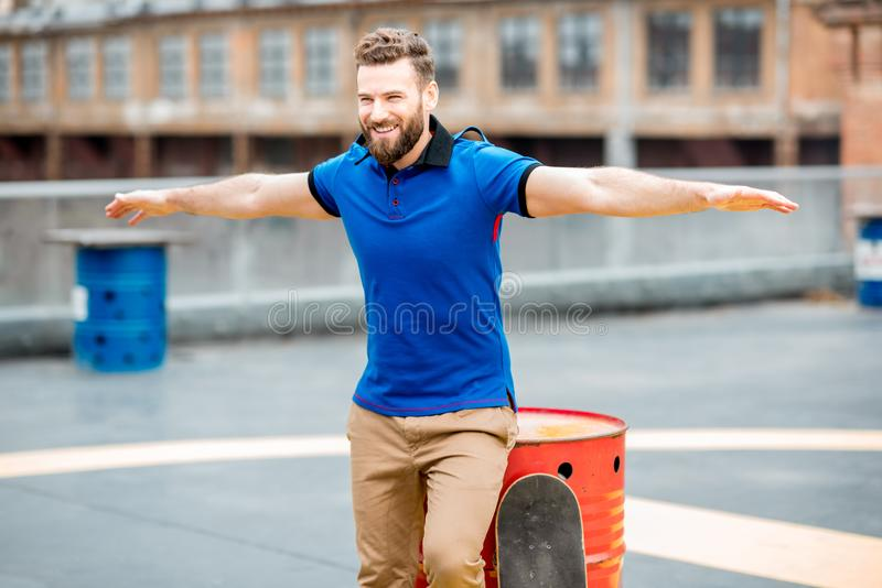 Mens met skateboard in openlucht stock fotografie