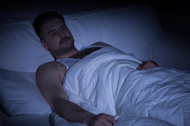 Mens met slapeloosheid royalty-vrije stock afbeelding