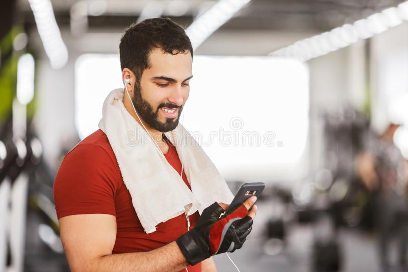 Mens met Smartphone in de Gymnastiek royalty-vrije stock foto's