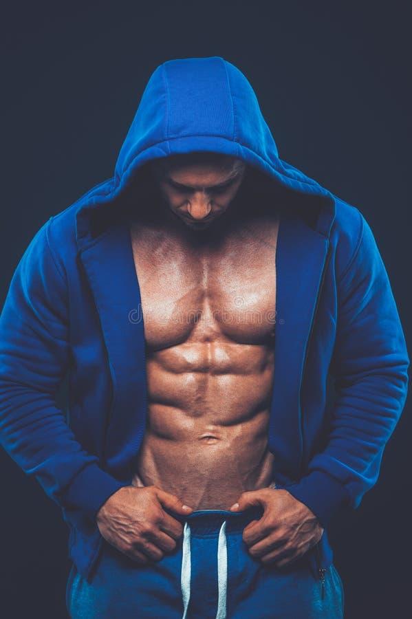 Mens met spiertorso Het sterke Atletische Model van de Mensengeschiktheid stock afbeeldingen