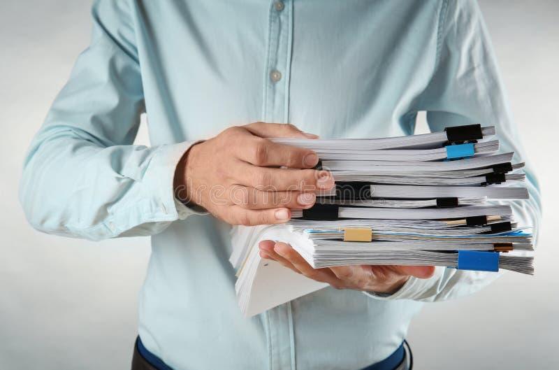 Mens met stapel documenten stock fotografie
