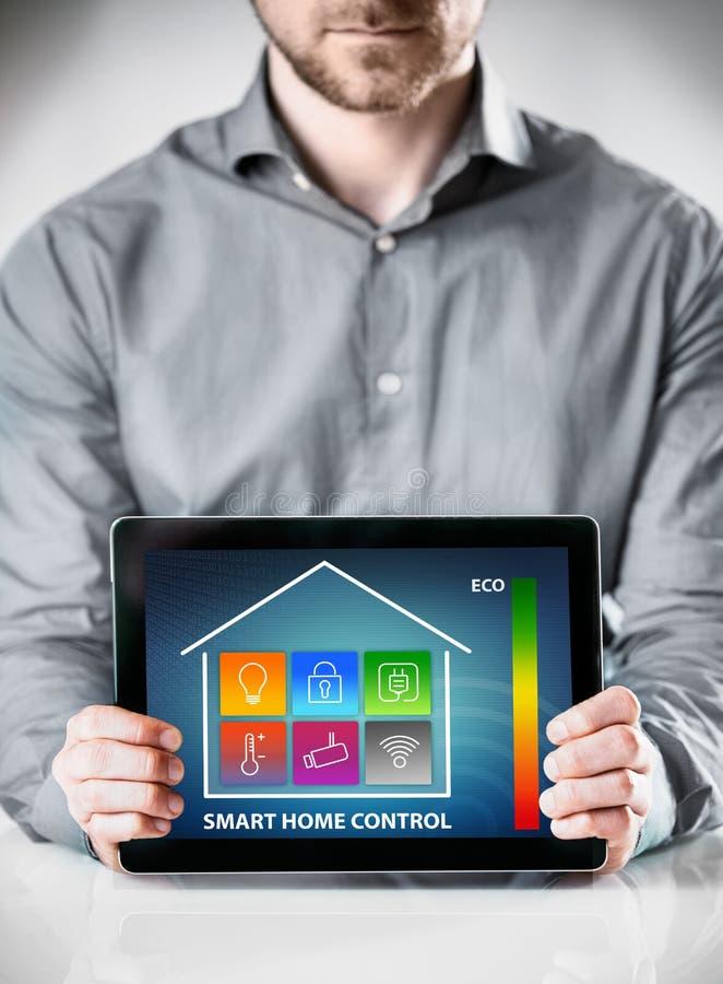 Mens met Tablet die de Vertoning van de Huiscontrole tonen stock afbeeldingen