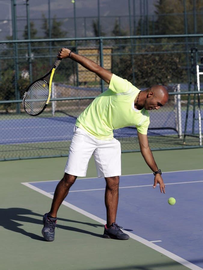 mens met tennisracket voor het gerecht stock afbeeldingen