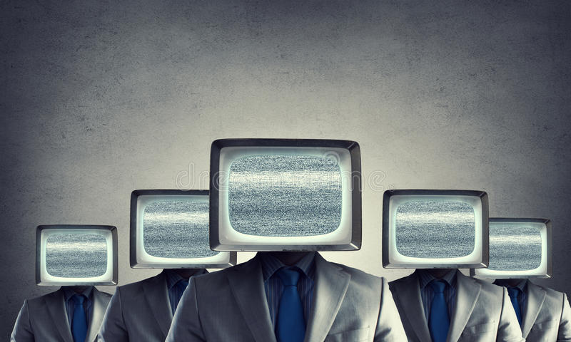 Mens met TV in plaats van hoofd Gemengde media royalty-vrije stock afbeeldingen