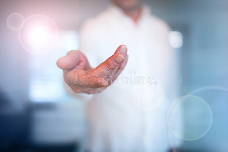Mens met uitgestrekte hand stock fotografie