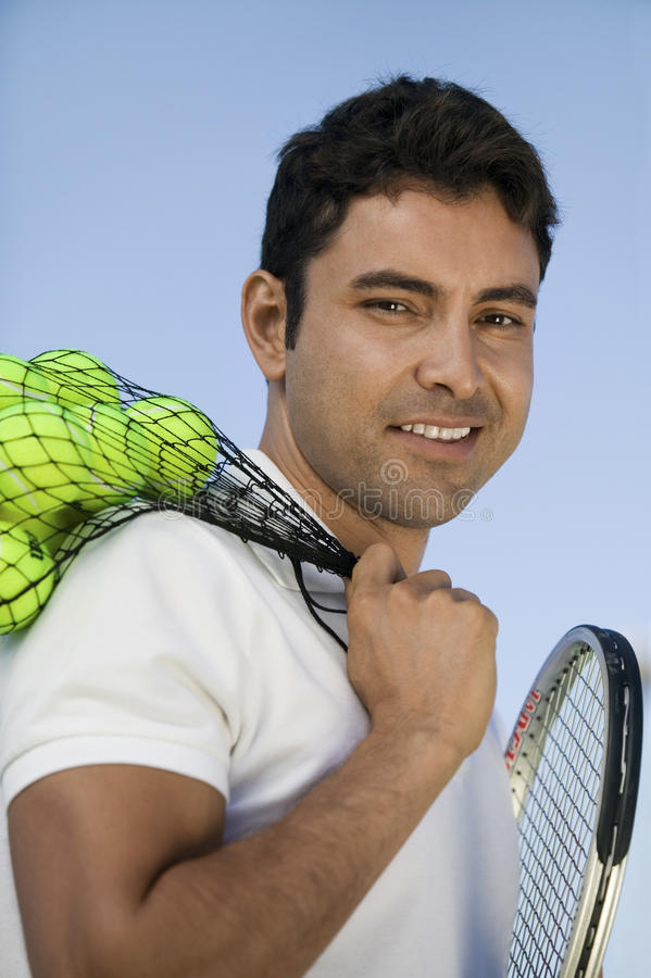 Mens met van de tennisballen en racket in openlucht portret royalty-vrije stock afbeelding