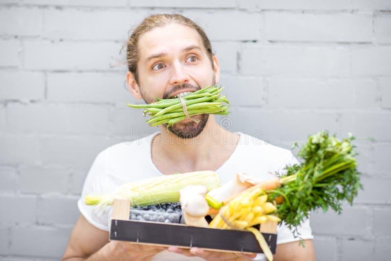 Mens met verse groenten royalty-vrije stock fotografie