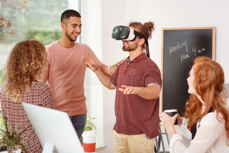 Mens met virtuele werkelijkheidsglazen royalty-vrije stock foto's