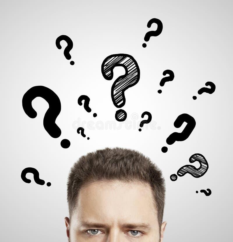 Mens met vragensymbool royalty-vrije stock afbeeldingen
