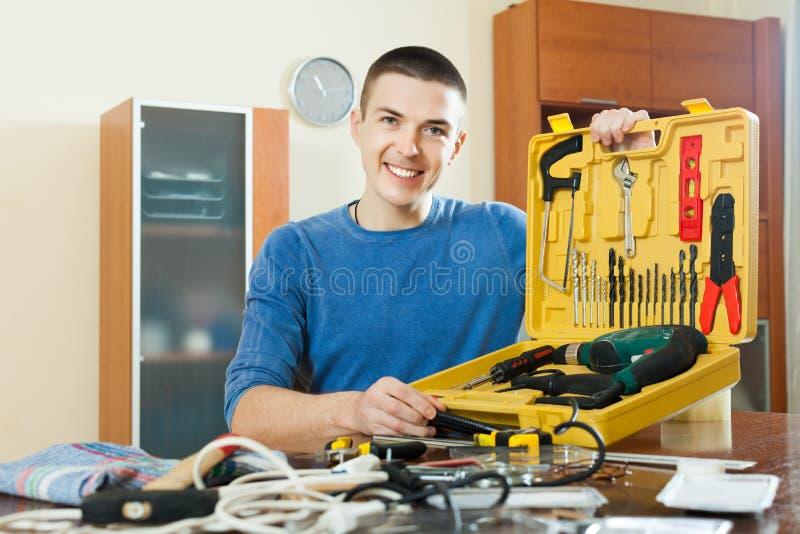 Mens met werkende hulpmiddelen stock foto