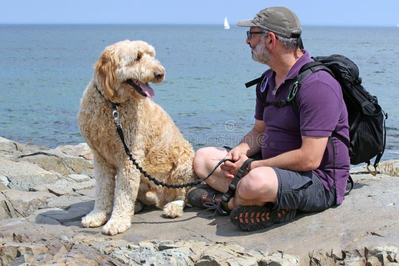 Mens met zijn hond royalty-vrije stock afbeelding