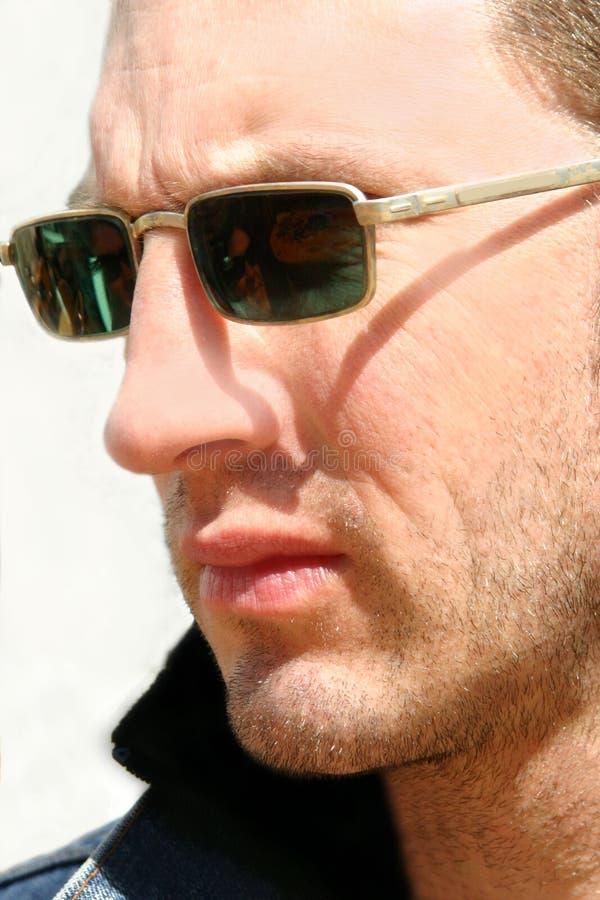 Mens met zonnebril stock foto's