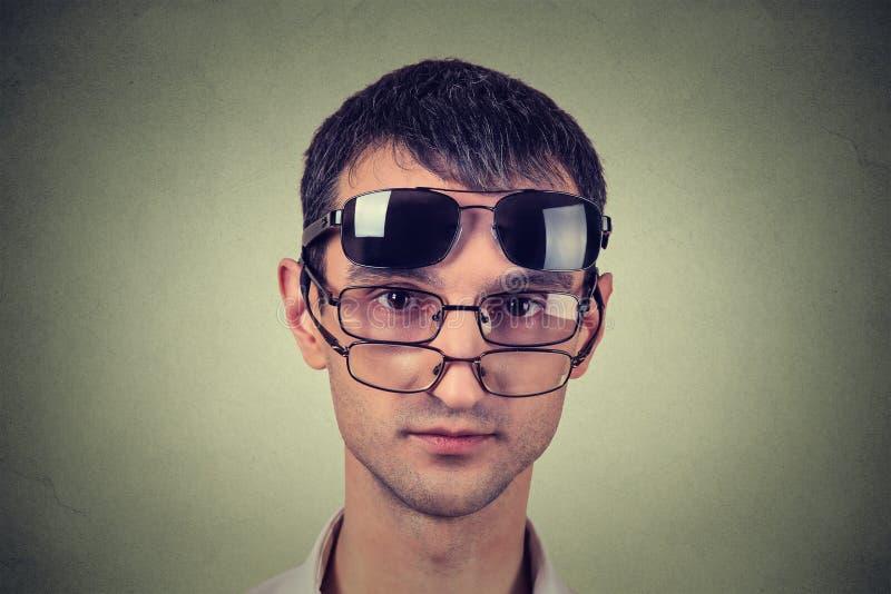 Mens met zonnebril stock fotografie