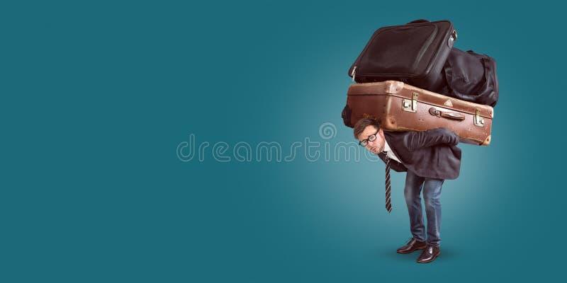 Mens met zwaar bagagepanorama stock fotografie