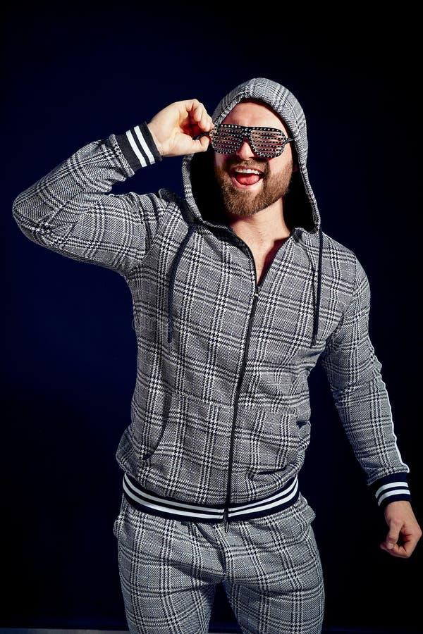 In mens in modieus sportkostuum en zonnebril stock foto's