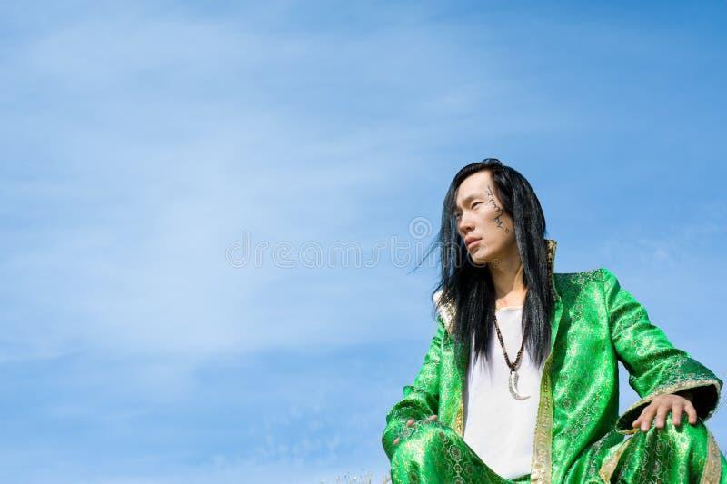 Mens in Mongools kostuum stock fotografie