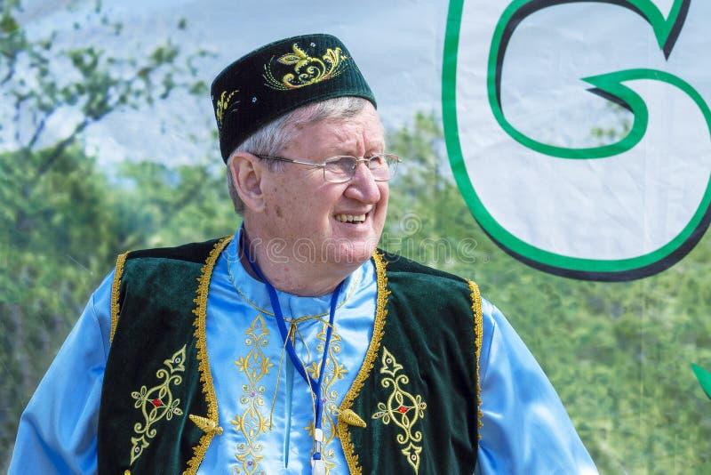 Mens in nationale Tatar kleren bij vakantie 'Sabantui ' stock afbeeldingen